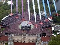 Aviões passando pela multidão e pelo Palácio.