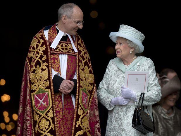 A Rainha saindo da missa.