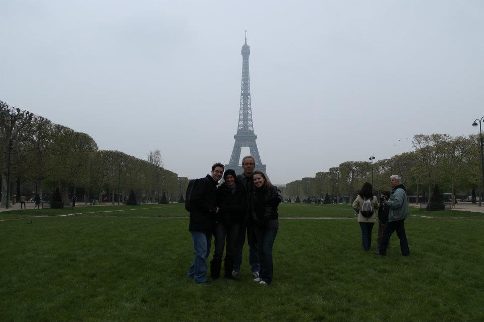Minha família quase completa na Torre Eiffel.