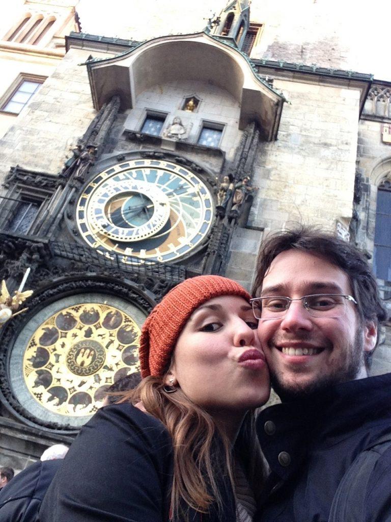 Em frente ao relógio astronômico, em Praga.
