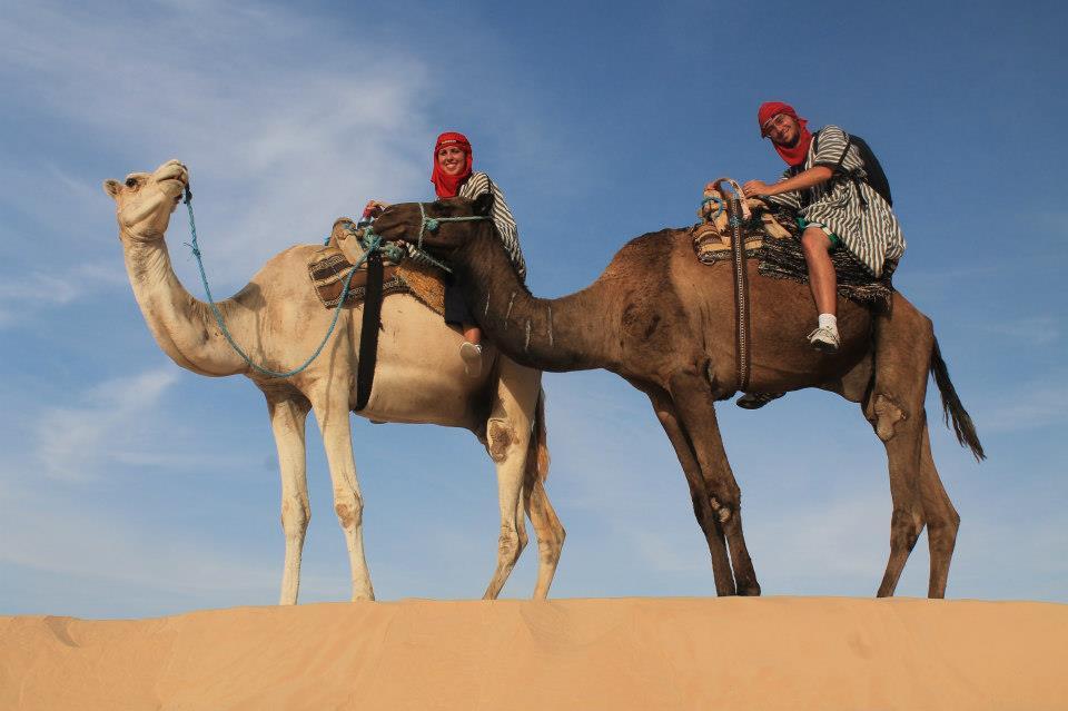 Andando de camelo no Deserto do Sahara.