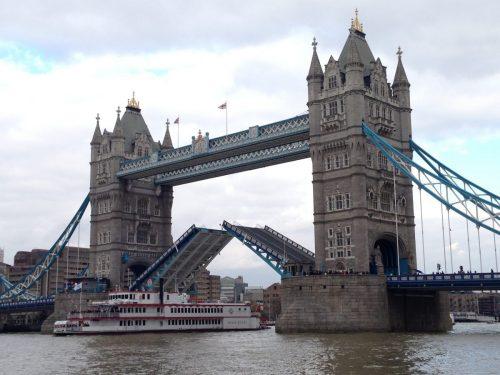 Quer ver a Tower Bridge abrindo? Saiba como