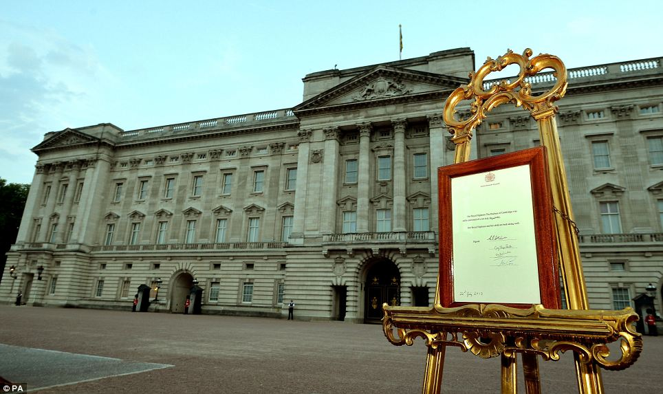 O anúncio no cavalete dourado. Foto também do Daily Mail (as minhas não ficaram muito boas).