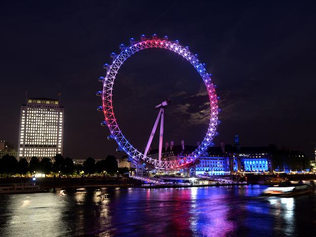 London Eye com as cores da bandeira.