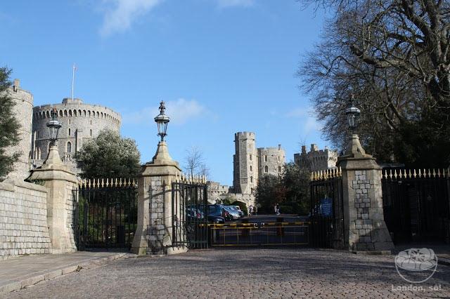 A entrada do Castelo de Windsor fica logo à direita destes portões.