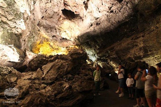 A entrada da gruta em Cueva de los Verdes centros turisticos de lanzarote