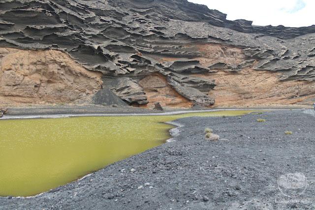 Detalhe da cor da lagoa e das ondulações da pedra.