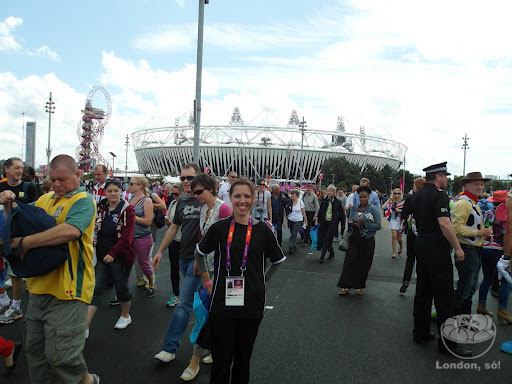 Eu na frente do Estádio Olímpico.