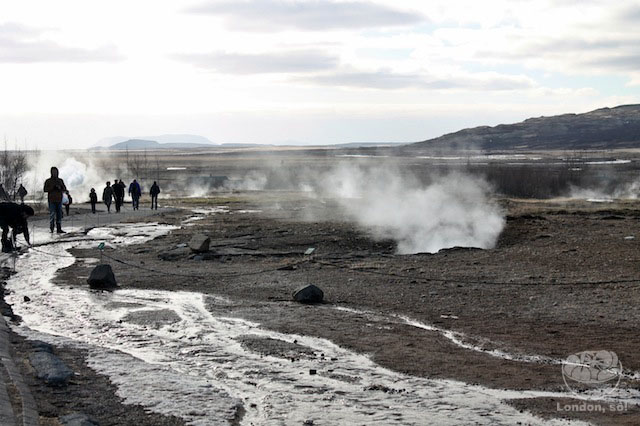 Os outros geyseres soltando fumaça (incluindo o Litli-Geysir).