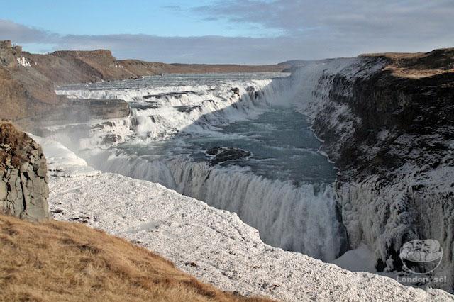 Linda cachoeira com a moldura de gelo.
