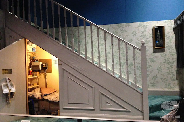 Na fila de entrada nós vemos o quartinho embaixo da escada onde o Harry Potter dormia.