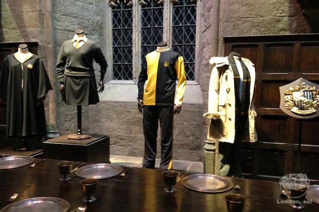 """Figurinos originais do filme """"Harry Potter e o Cálice de Fogo"""", incluindo o usado pelo Robert Pattinson."""