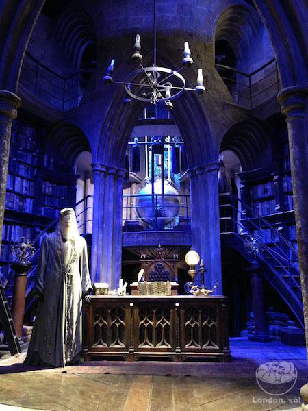O escritório do Dumbledore e um manequim dele em tamanho real.