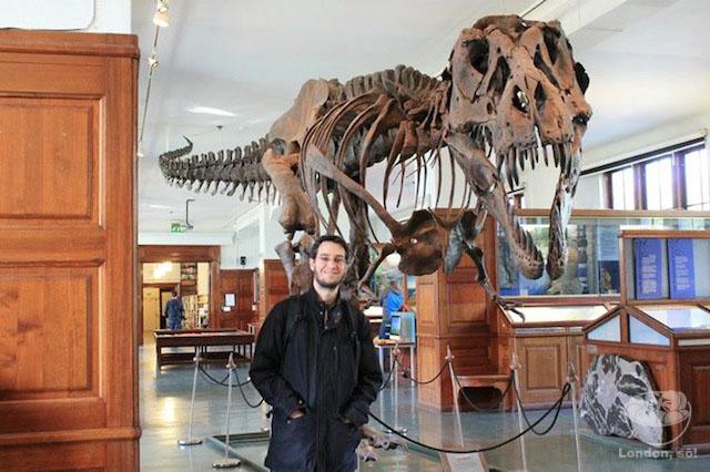 Maridão feliz vendo os Dinossauros.