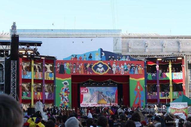 Praça lotada! Tem um palco ali no fundo...