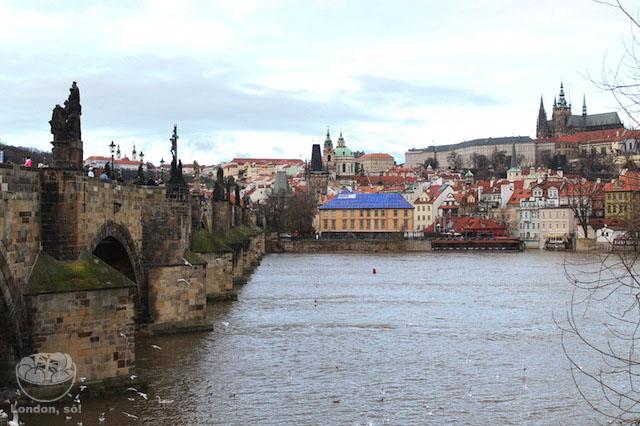 Ponte Carlos e o Castelo à direita.