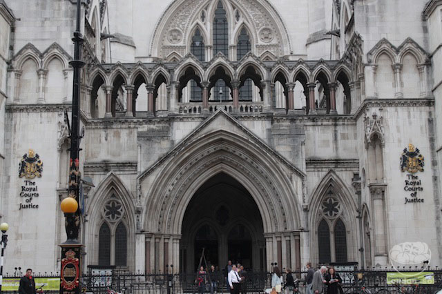 Entrada do Royal Courts of Justice.