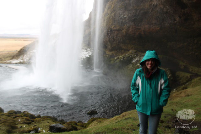 Eu congelando atrás da cachoeira.