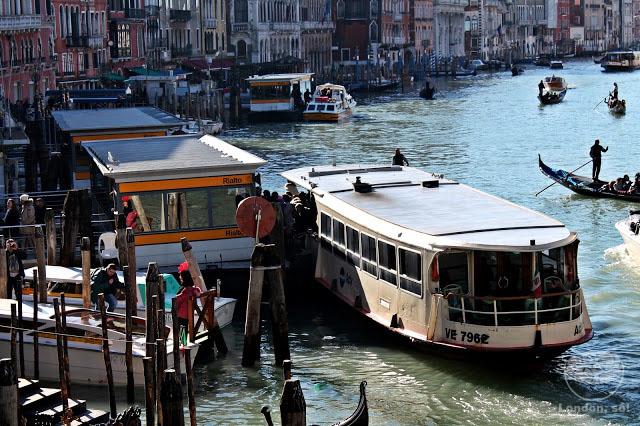Ponto de vaporetto em Veneza.