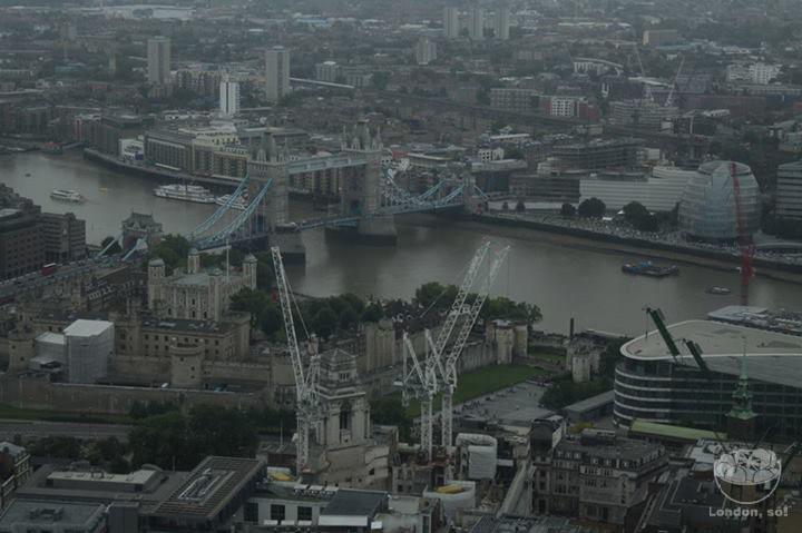 No cantinho da esquerda está a Tower of London, seguida da Tower Bridge e no cantinho direito, o City Hall.