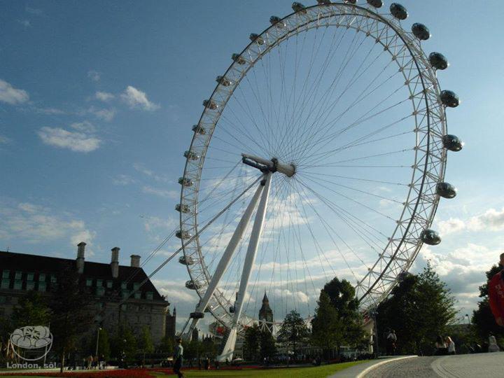 Céu azul na London Eye, num dia quentinho de verão.