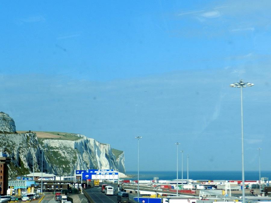 Entrada da balsa para atravessar o Canal da Mancha e os cliffs brancos de Dover ao fundo. *Foto da Viviane paixão, publicada originalmente no blog Cadeira Voadora*