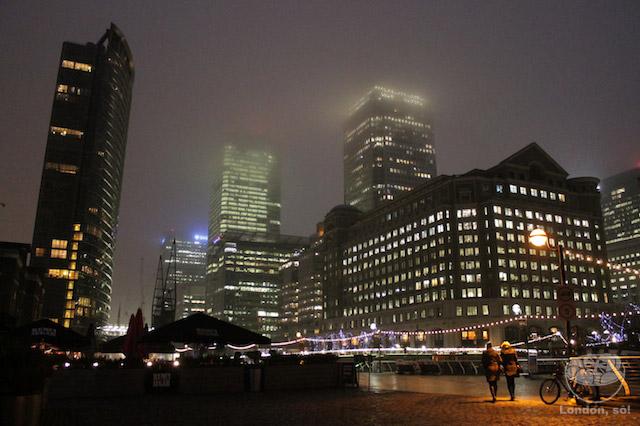 Canary Wharf e a West India Quay à noite. Vista bem de frente do museu.