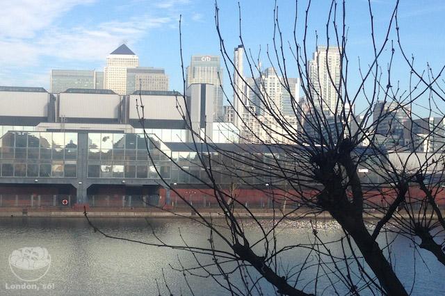 """Vista do nosso apartamento atual: os prédios altos são Canary Wharf, a """"mini-Manhattan"""" de Londres."""