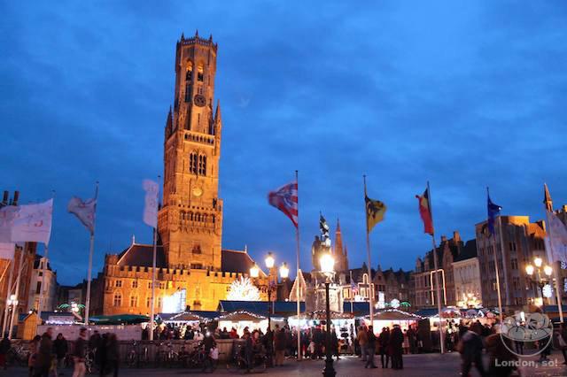 O Belfry (ou Belfort) de Bruges e as barraquinhas do mercado de Natal na Grote Mkt.