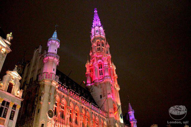 Um pedacinho do Town Hall iluminado.