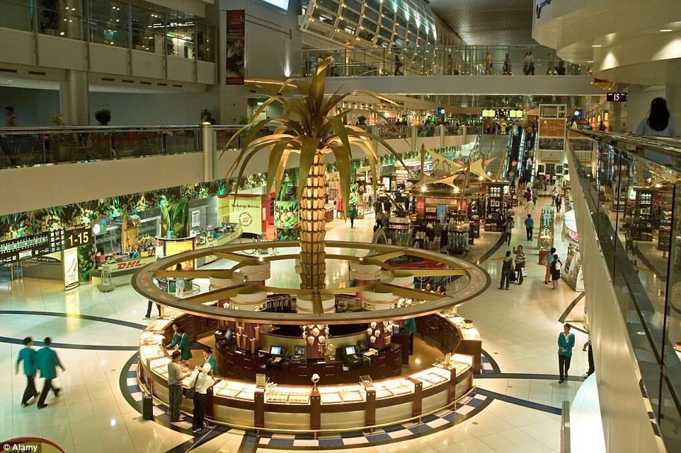 O interior chiquérrimo do Aeroporto de Dubai.