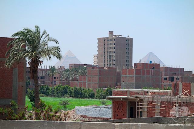 Viagem para o Egito: Pirâmides do Egito bem no meio da cidade.