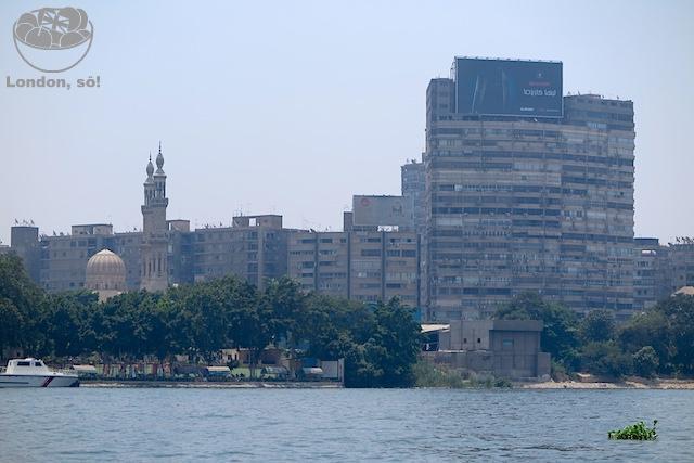 Vários prédios parecendo destruídos são vistos pela cidade...