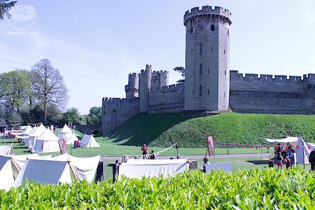 Um pedacinho do castelo com as barraquinhas em frente.