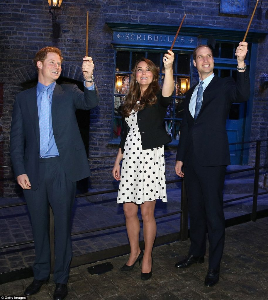 Mais no fim da gravidez, com William e Harry visitando os estúdios do Harry Potter.
