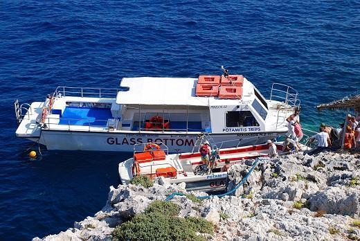 Foto do barco que eles usam, com fundo de vidro.