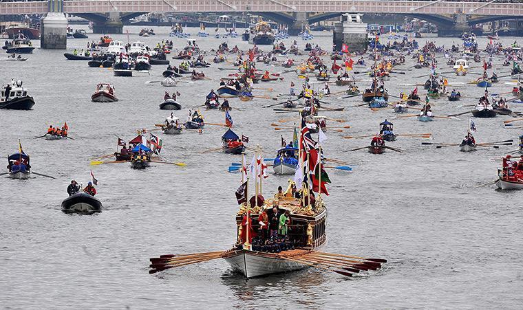 Desfile de barcos no Tâmisa.