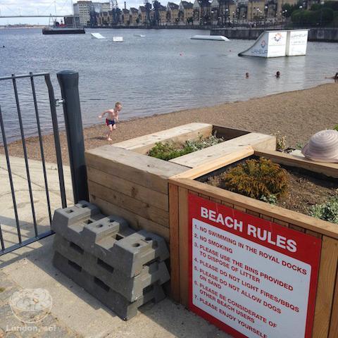 As regras de conduta da praia.
