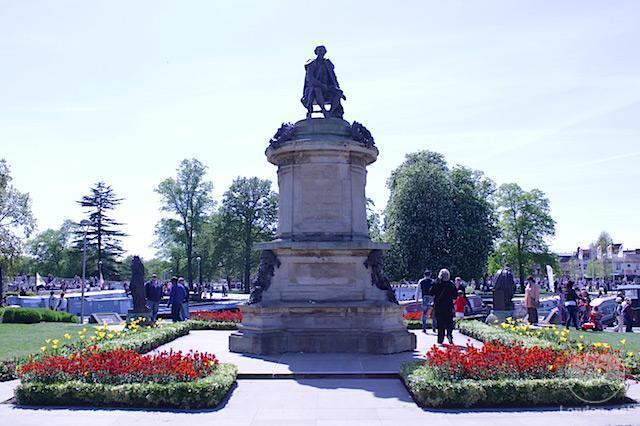 Shakespeare lá no alto (não dá pra ver bem por causa do sol) e ao redor dele, as outras esculturas.
