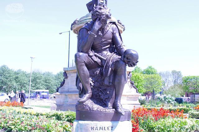 Ser ou não ser... Eis a questão. Estátua de Hamlet na frente da de Shakespeare.