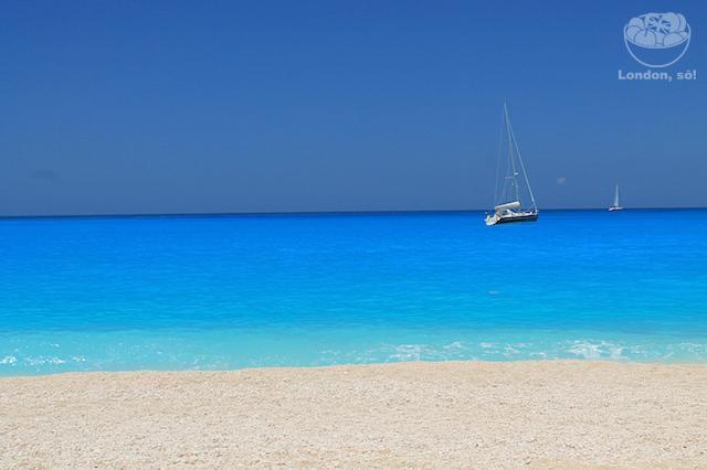 Como chegar na Navagio beach em Zakynthos: água azul e cristalina.