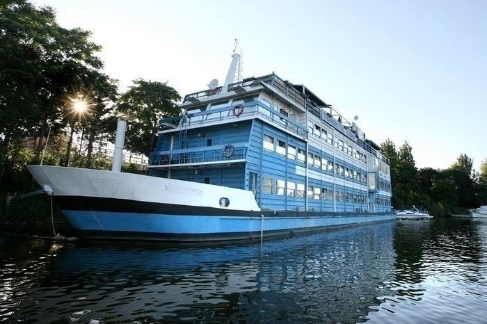 hotéis em praga: hospede-se num barco!